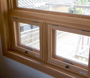 カナダ製のダグラスファー(ベイマツ)を木枠に使ったガラス窓は、サッシでは味わえない、木ならではの暖かさとぬくもりを与えてくれます。室内はベイマツ木枠ですが、外側はアルミを利用し当然ですが、外気からの影響を遮断。