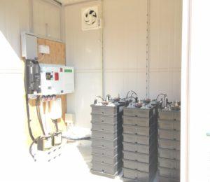 太陽光からのエネルギーはこの蓄電池に蓄えられ、店内の照明をオフグリッドで使用可能としました。