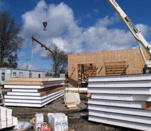 断熱材は、北米で広く利用されている、SIP壁材を使用。床、壁、屋根と全てこのパネルが入っています。外気の熱を入れないこのSIPパネルを利用することで毎月の電気使用量は50-60%節約になるとされています。外気からの熱に影響されないため、よって結露になることも防ぐことができます。