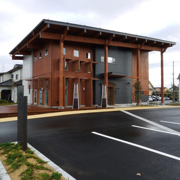 富山市内、レストランとアパレル店舗ビル。レストランで使用する一部の電気は太陽光パネルー蓄電池の連携により自己消費を可能にしました。