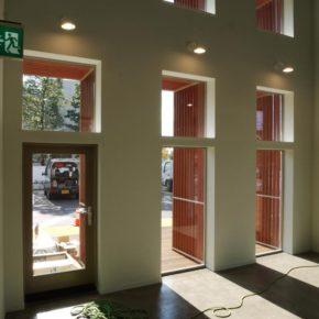 室内から見るドアと窓