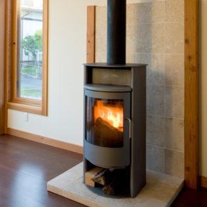 薪を燃やしても環境に影響を与えない、無煙ストーブを設置。