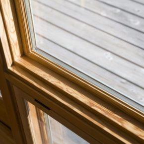 カナダ産ベイマツを木枠に使ったガラス窓。室内は木枠、外側はアルミを利用した窓枠です。